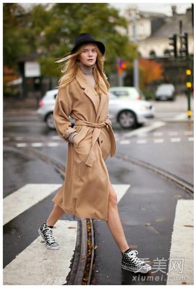 大衣搭配运动鞋秋冬最流行 你穿对了吗图片