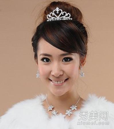 斜刘海的新娘发型设计,更展现出新娘的清新女人气质,搭配皮草披肩,很图片