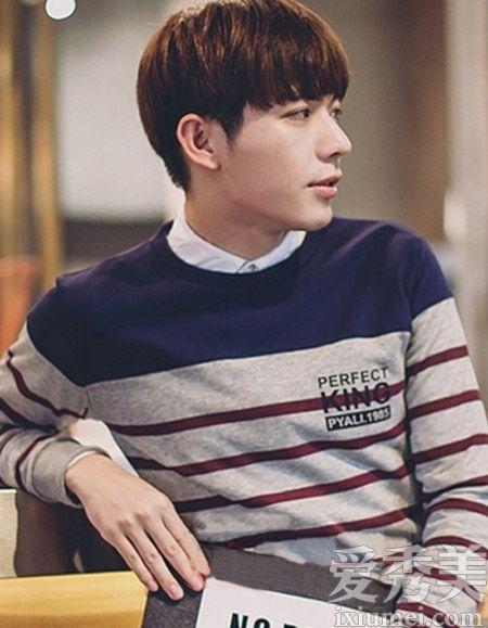 时尚的韩国男生发型设计,清爽的露耳短发搭配上个性的染发颜色,从侧面图片
