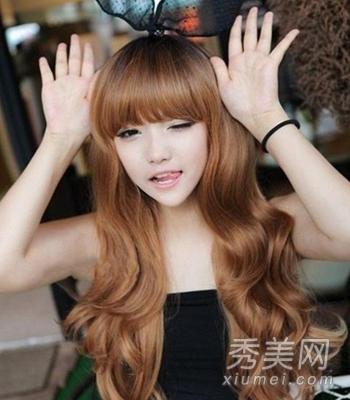 小编点评:齐刘海发型与红色长卷发相搭配,让人看起来更加的娇小,甜美图片
