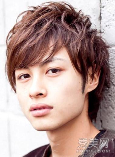 短发烫发发型图片一: 这款男生短发烫发是改良版的蓬松锅盖头发型图片
