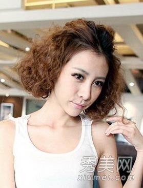 空气感的短发烫发,轻松打造出了一个时尚女郎气质形象,蓬松的烫发发型图片