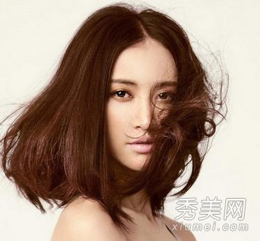 张歆艺中分齐肩�yg�_仍然是张歆艺标志的中分齐肩烫发,刘海地完好中分让整个发型看起来十