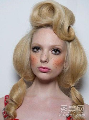 jeremy scott秀场上的芭比模特画了一个雀斑妆,十分可爱,还有芭比娃娃图片
