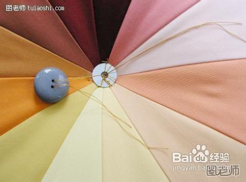 在中间缝上一个扣子 闲来做做手工 巧手缝坐垫 高清图片