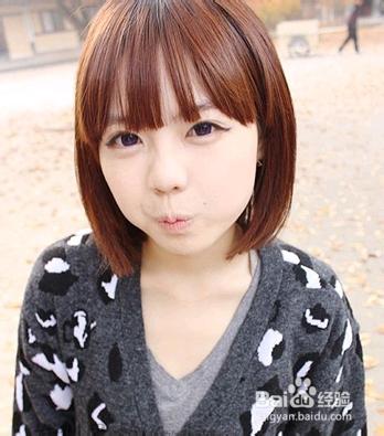 棕色的染发颜色搭配稀疏的齐刘海修饰了女生的小圆脸.图片