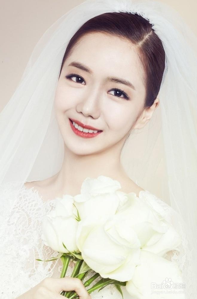下面小编为大家分享一下唯美简约而又自然优雅的韩式婚纱照新娘发型!图片