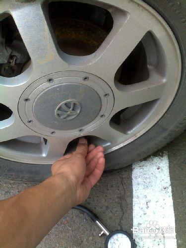怎样使用轮胎测压计测车胎气压图片