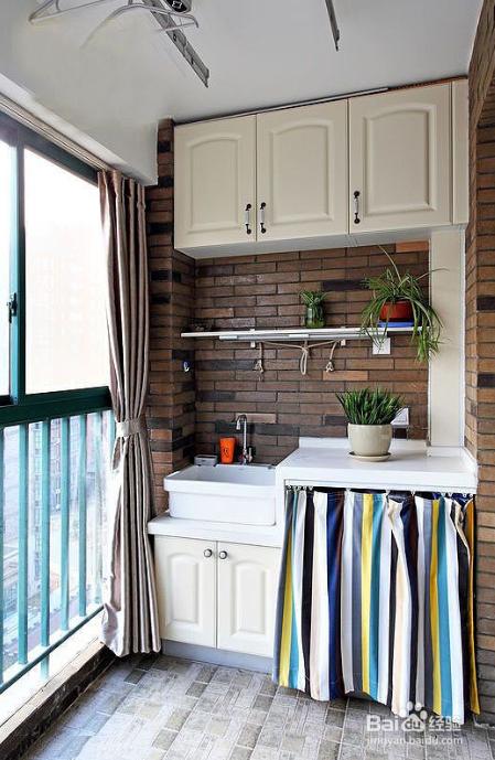 装修效果图中,洗衣机隐藏在多彩的浴帘下,可以有效地防止落灰,