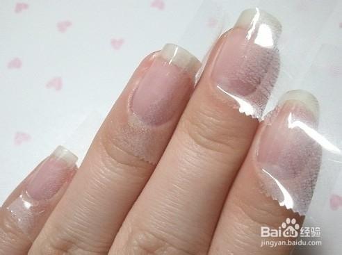2.给指甲刷上一条条纹,照干 自己动手diy贴花美甲 高清图片