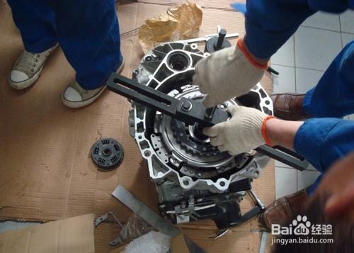 从动盘花键孔与变速器第一轴花键轴卡带;离合器液压操纵机构漏油,有图片