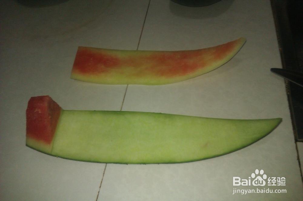 教你在家做水果拼盘用西瓜皮切花3图片