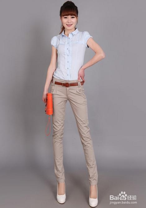 米色裤子搭配方法