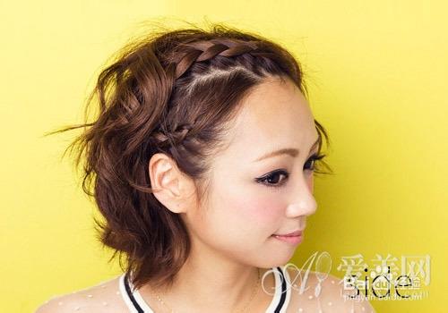 如这款短发刘海编发,刘海全被编织上去了,露出干净的额头,略带蓬松