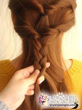 将最下面扎好的辫子两侧,各取出一股,与扎好的辫子编成麻花辫图片