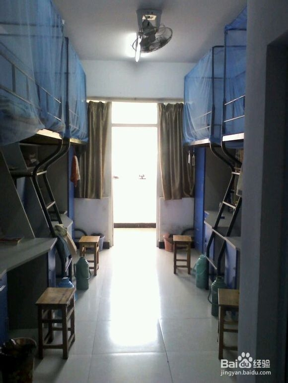 有卫生间,上铺下桌,有较大空间.图片
