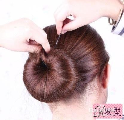 再将两端的部位固定住,打造出图中的效果.韩式发型扎法步骤图片