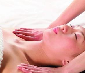 女人按摩胸部有益健康