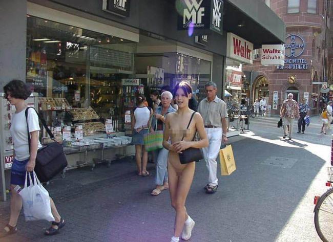 美女不穿衣服上街