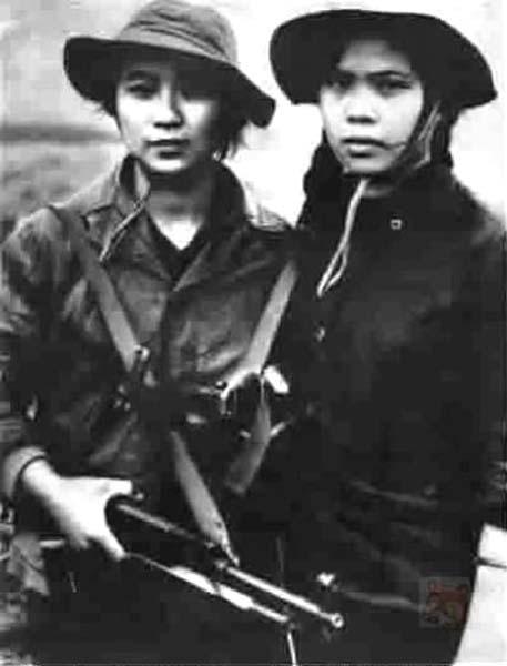美女战俘被押过来