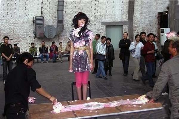 两个男人大把抓起剩下的蛋糕用力甩到少女的身
