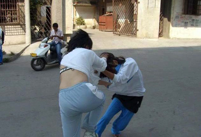 学两90后女生校园撕衣打架