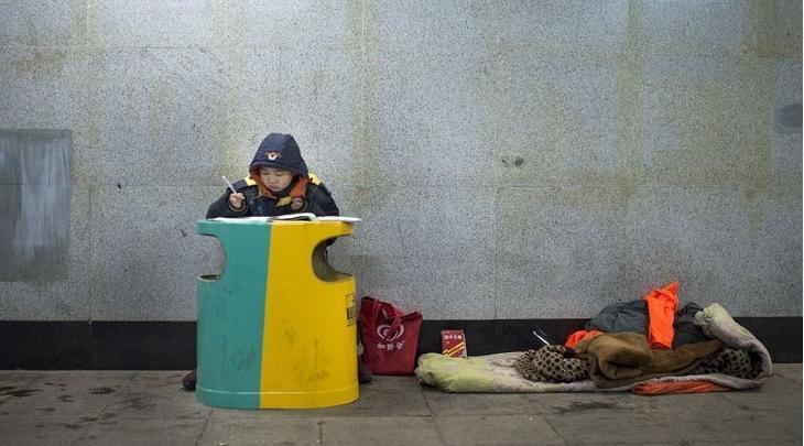 长沙十岁小学生趴垃圾桶写作业感动网友图片