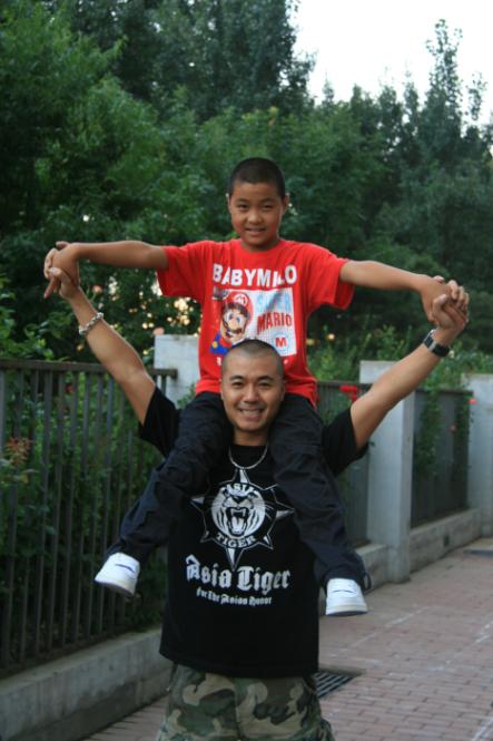 苗:大家好!我叫苗帅峰!其实我四岁的时候就已经出道了!