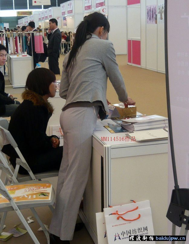 美女店员的紧身牛仔裤