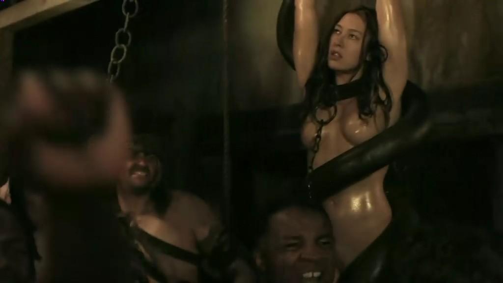 第5集那些被吊在地下竞技场的女的是怎么回事?