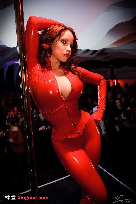 大红紧身胶衣女在主题