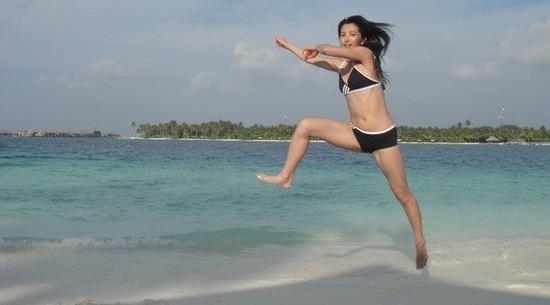 李冰冰穿上性感比基尼泳衣在阳光海滩上