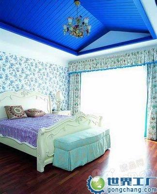 三楼是卧室区,功能是休息,需要安静,所以墙面满贴白地蓝花的高清图片