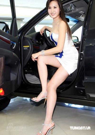 南韩美女车模居然大胆到不穿内裤 竖