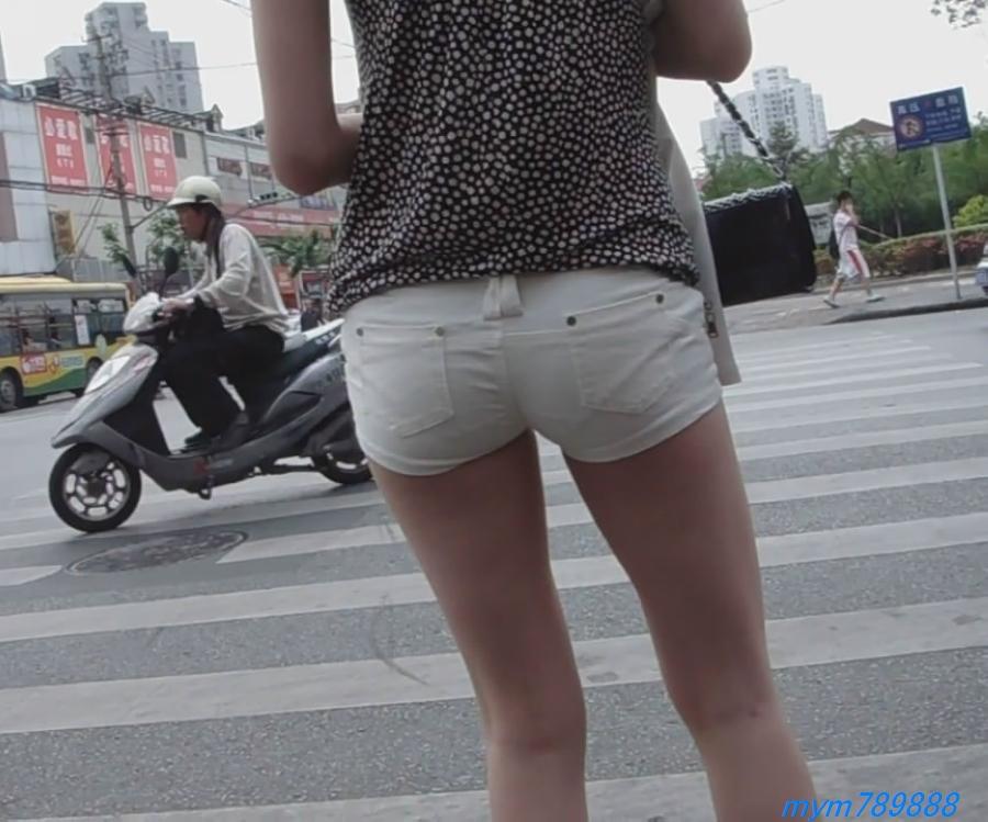 视频下载 上海街头超性感的紧身白热裤美女