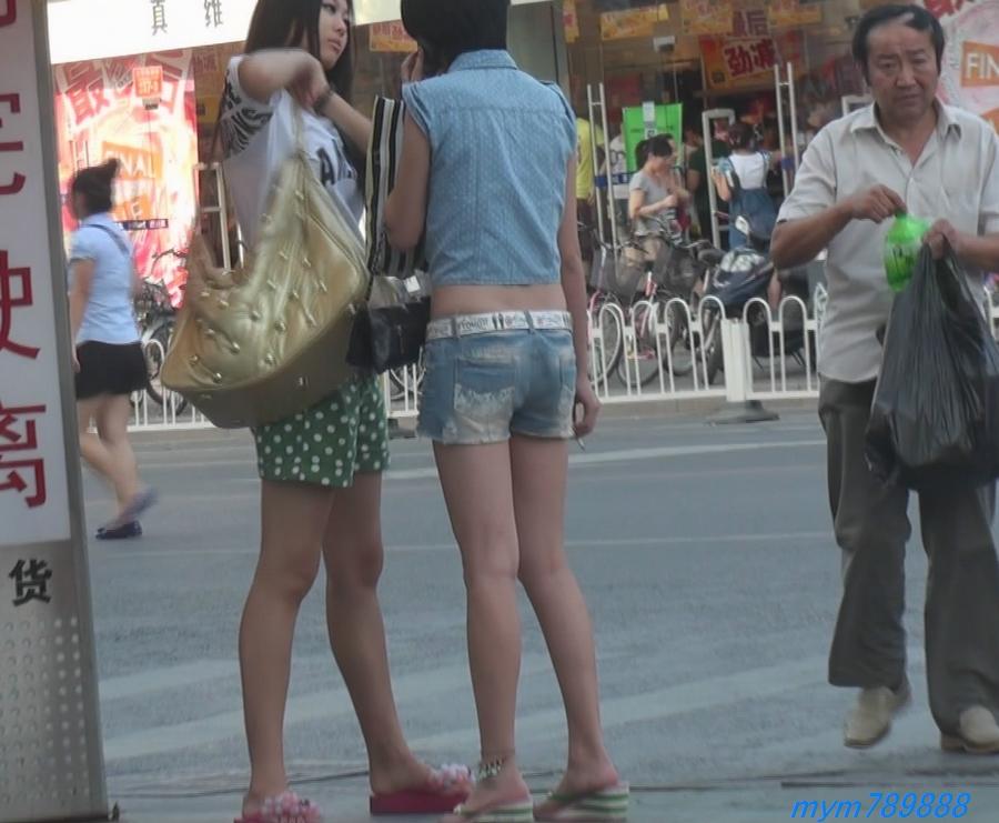 街拍视频 街拍边打边抽烟的热裤美女