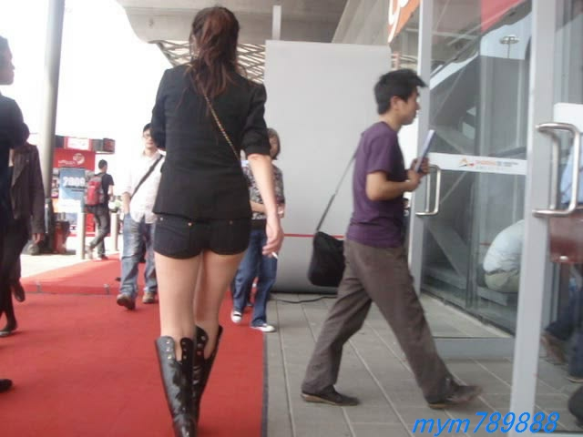 视频下载 街拍性感紧身热裤美女边走边抽烟