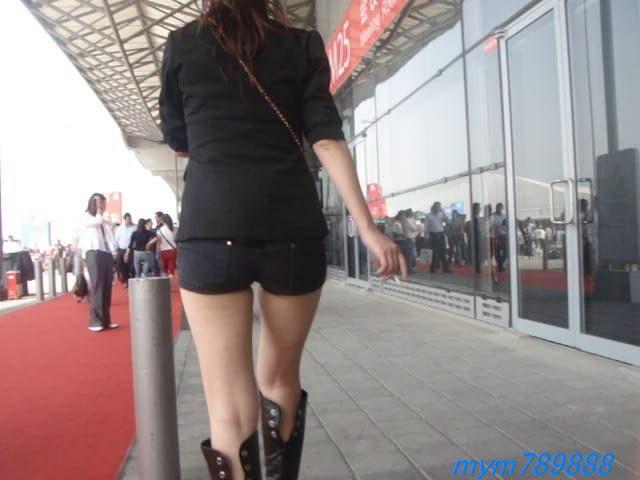 街拍性感紧身热裤美女边走边抽烟