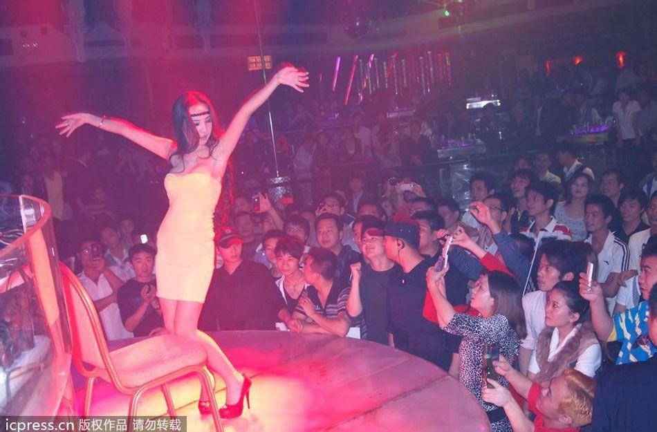 明星夜店众生相:男星与性感女郎贴身热舞高清大图