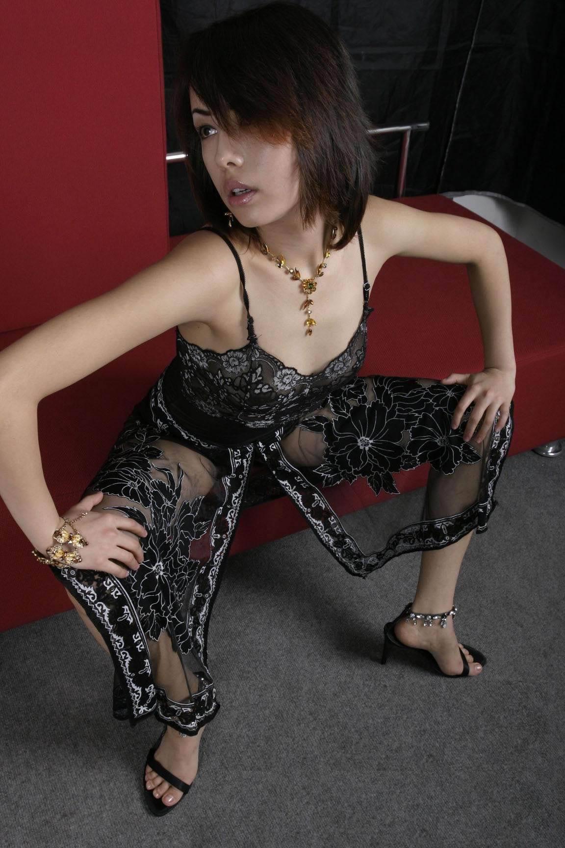 穿黑纱的美女