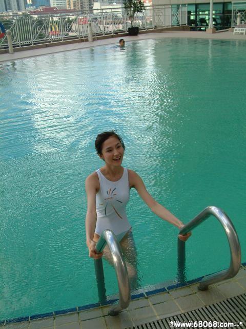 游泳池里这么多的出水芙蓉美女+偷解衣襟男!