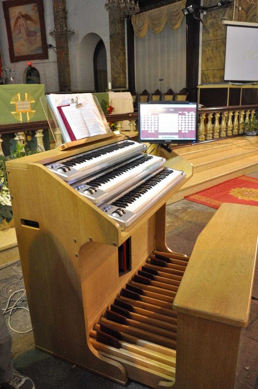 管风琴爱好者同仁与星海集团天琴乐器厂合作共同研制了一款电子管风琴图片