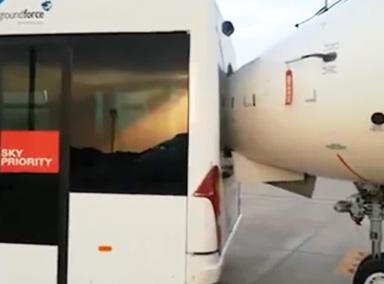 倒车请注意!摆渡车倒车撞上飞机