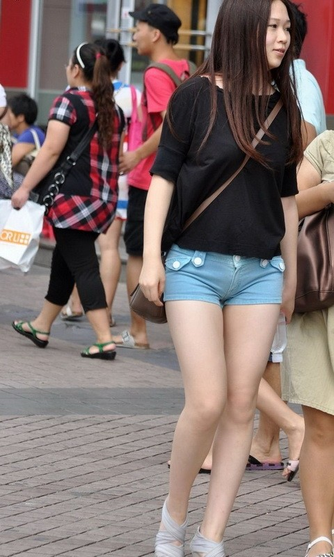 百度街拍街拍近身裤女街拍美女紧身裤展台紧身裤美女