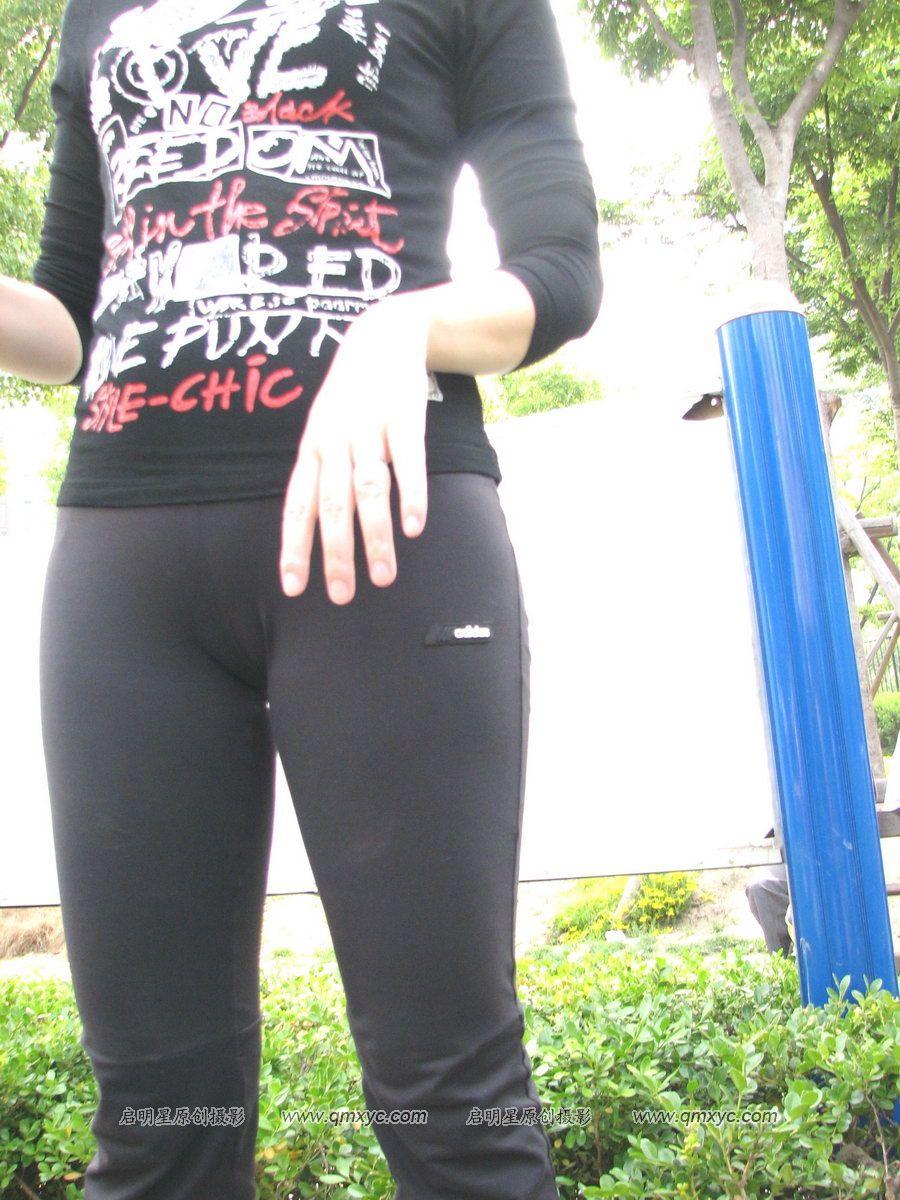 紧身裤显阴沟