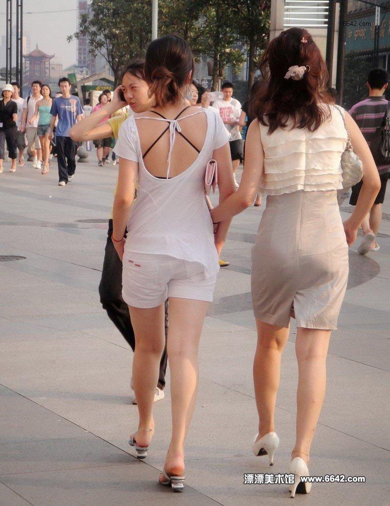 年轻的露背美腿女孩 街拍美女