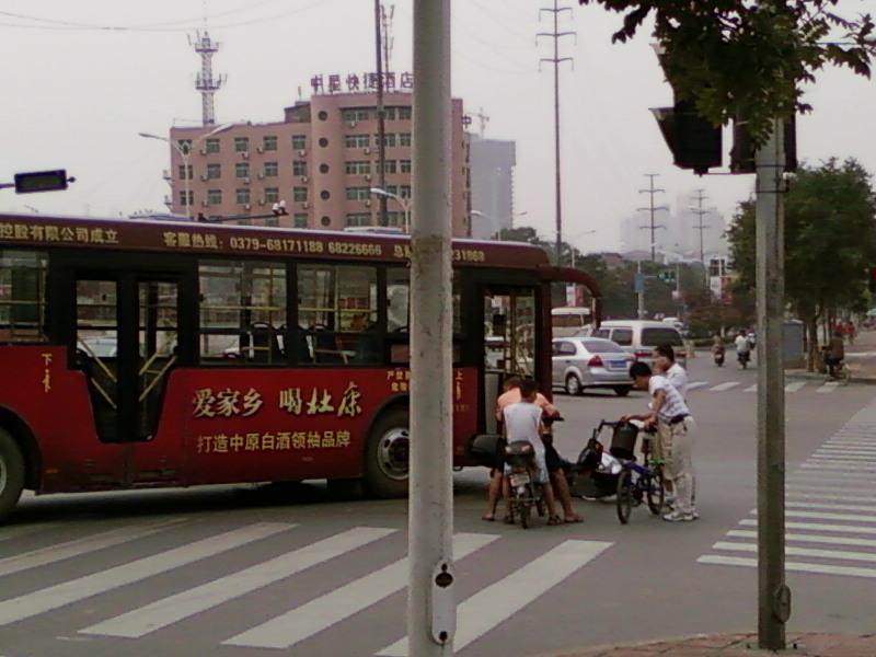洛阳公交车又撞到人啦 洛阳吧 百度贴吧 高清图片