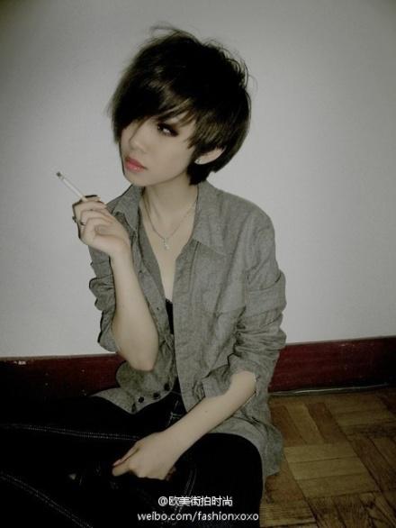 谁有那种酷酷的短发女生的照片啊?【注:照片】我在 竖