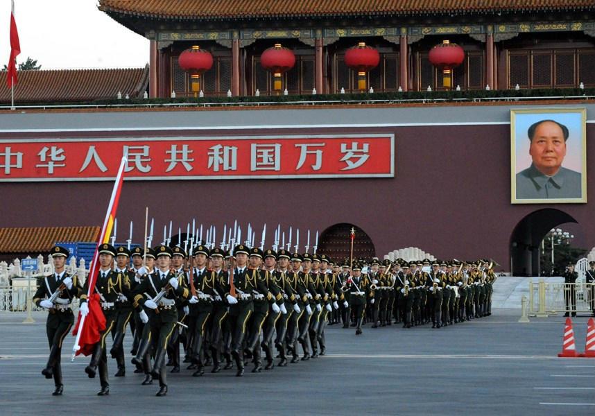 10月1日,来自全国各地的数万名民众聚会北京天安门广场,观看高清图片