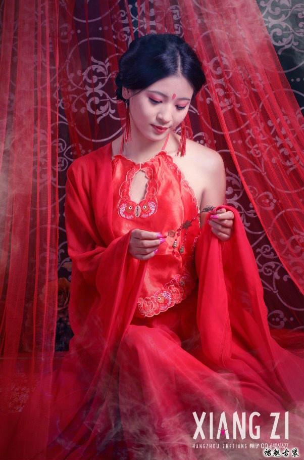 古代激情_古装美女艺术照之红颜肚兜图片